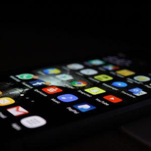 Kännykän näytössä näkyy useita somesovellusten kuvakkeita.