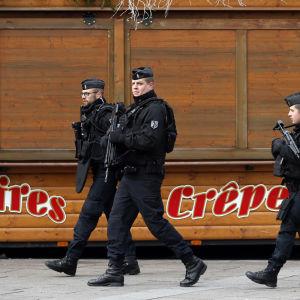 Poliser går på en gata i staden strasbourg efter ett misstänkt terrordåd
