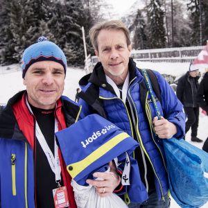 Anders Blomquist (vill vänster) och Jacob Hård refererar längdskidåkning i SVT:s sändningar.