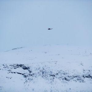 En militärhelikopter flyger över Blåbärfjellet.