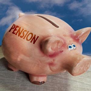 En spargris försedd med texten pension.