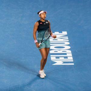 Naomi Osaka reagerar efter en vunnen poäng.