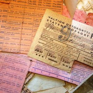 Orange, rosa och gula ransoneringskort för Eevi Jäppinen från september 1946 för att köpa bland annat fett, byxor, underkläder och strumpor.