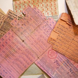 Orange, ljusröda och gula ransoneringskort utskrivna för Eevi Jäppinen år 1946 men inte använda.