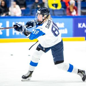 Ronja Savolainen i semifinalen mot Kanada i VM-turneringen i Esbo.