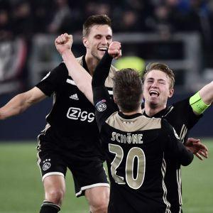 Ajaxspelare jublar efter mål.