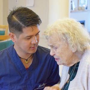Kim Malag är filippinsk sjukskötare vid Attendos vårdhem i Uppsala, där Gerd Jansson får äldreomsorg. Kim kompletterar sin filippinska utbildning för att få yrkesrättigheter i Sverige.