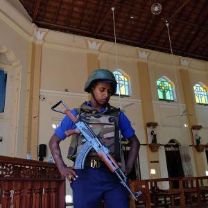 En soldat inne i kyrkan St. Sebastian i Negombo,  Sri Lanka.