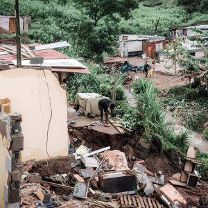 Hus har förstörts efter skyfall och översvämningar söder om staden Durban i Sydafrika.