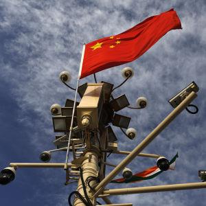 Kinas flagga och övervakningskameror.