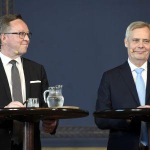 Finansminister Mika Lintilä står bredvid statsminister Antti Rinne.