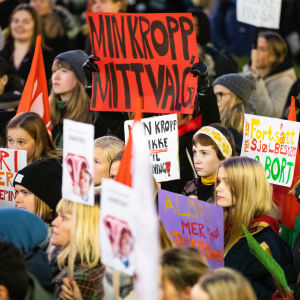 """Massvis med demonstranter utanför Stortinget i Oslo. På plakaten står texter som """"Min kropp, mitt val"""""""