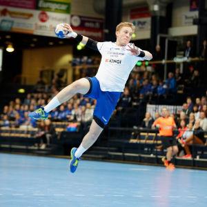 Fredrik Forss håller på att kasta.