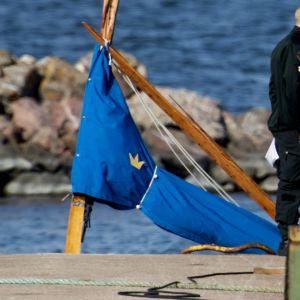 Bild av masten på den segelbåt som var med i olyckan.  Masten är av brunt trä och är sned och sprucken och storseglet inpackat i blå presenning.