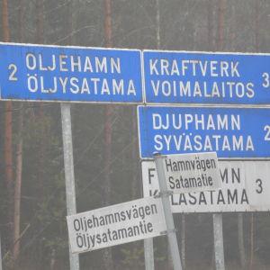 En bild på vägskyltar