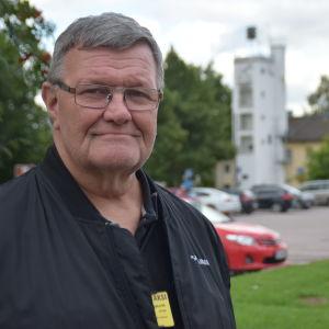 Leif Lindman står mitt i Pojo kyrkby.