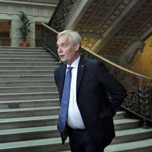 Antti Rinne i Ständerhusets trappor