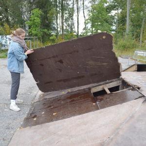 Kaisla Dahlqvist visar hur söndrig skejtparken i Pojo är.