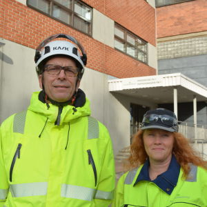 Risto Hovi, vd på BillerudKorsnäs Finland och Johanna Järviaho, skiftesmästare på pappersfabriken i Jakobstad. De är iklädda vita hjälmar och skyddskläder.