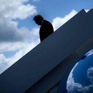 Donald Trump går ned för en trappa.