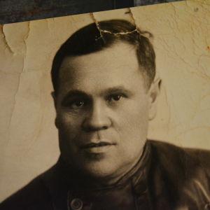 Svartvit profilbild på Hjalmar Mäkelä.