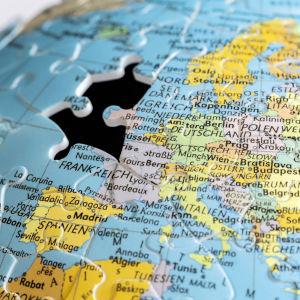 Palepeli Euroopan kartasta. Britannian kohdalta puuttuu pala.
