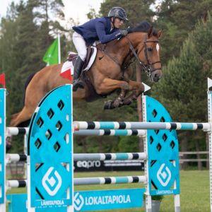 John Antell med hästen Iscara Del Maset hoppar över ett hinder.