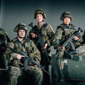 Sotilaat poseeraavat kameralle