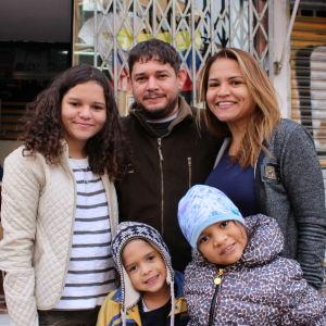På bilden ser vi familjen Bellomo som precis har anlänt till Venezuela. På bilden ser vi fempersonersfamiljen i nya vinterkläder de fått av en frivilligorganisation.