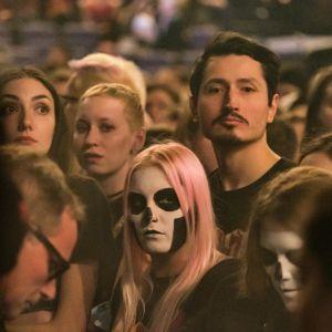 Rödhårig tjej med dödskalle-smink i ansiktet i publiken på Ghosts konsert 28.11.2019.