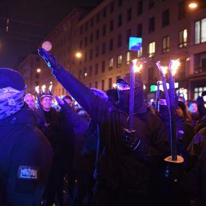 Deltagare i 612-marschen går med facklor.