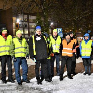 Ralf Holmlund tillsammans med övriga strejkvakter utanför Wärtsilä i Vasa den 9.12.