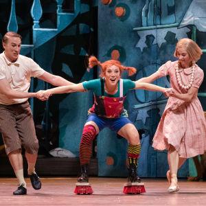 Peppi Pitkätossu, Tommi ja Annika pesevät lattiaa.