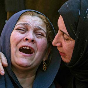 Sörjande kurdiska kvinnor under begravningen av tonårig som dödats i turkiska bombningar