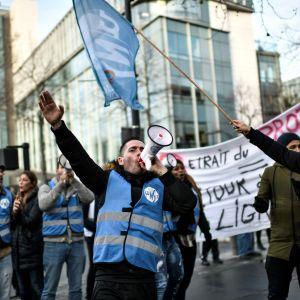 Demonstranter utanför järnvägsoperatören SNCF:s huvudkontor