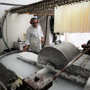 Luigi Mecella finfördelar bomullen i vatten i en maskin som heter holländare.