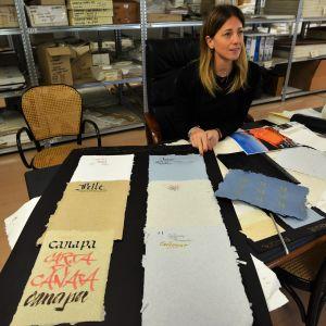 Danila Versini visar exempel på papper från olika typer av återvunnet material. Dessa använder modeföretag till etiketter, märken och paketpapper.