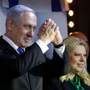 Israels premiärminister Benjamin Netanyahu tillsammans med sin fru Sara inför anhängare i staden Petah Tikva, utanför Tel Aviv.
