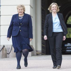 Erna Solberg ja Sylvi Listhaug kävelevät rinnakkain.