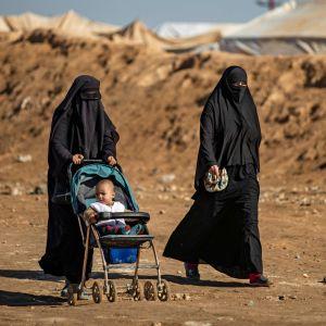 Kvinnor i fånglägret al-Hol, i nordöstra Syrien, fotograferade den 14 januari 2020.