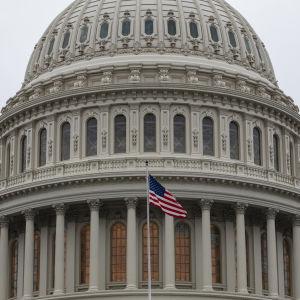 Kongressin rakennus. Edustalla USA:n lippu.