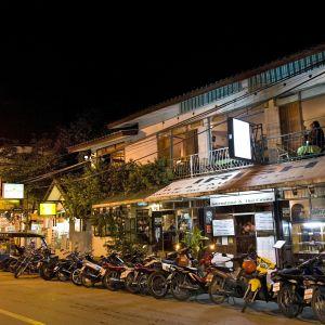 Irlänmdsk pub från gatan sett i Chiang Mai, Thailand med massor av parkerade mopeder utanför.