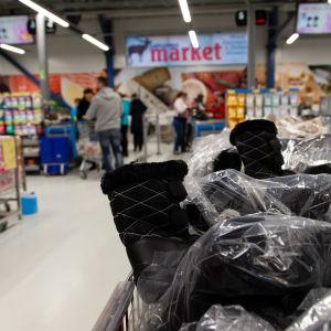 Asiakkaita Laplandia marketissa Nuijamaalla.