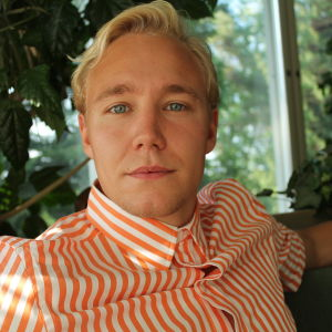 Ronnie Eriksson har skjorta på sig och tittar in i kameran.