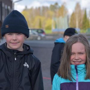 Kolmosluokkalaiset Maks Talzi ja Meea Lehto olivat kaivanneet koulussa käymistä.