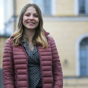 Nicolina Blomander på Borgå gymnasiums gård.