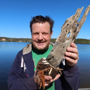Michael Björklund med Robinsonpokalen i hand.