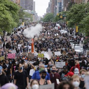 Demonstranter på First Avenue i New York den 2 juni 2020.