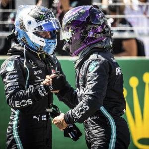 Bottas och Hamilton gratulerar varandra.