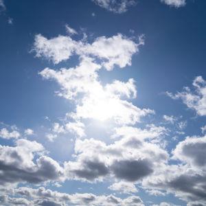 Soligt väder med små molnbildningar.